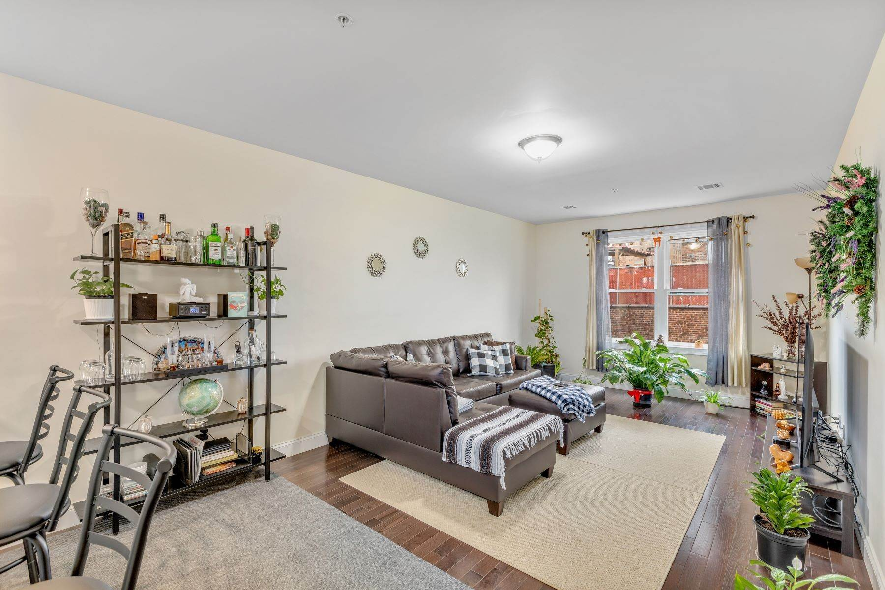 Condominiums for Sale at Welcome home to this fabulous 2 Bedroom condo! 90 Clinton Avenue, Unit 305 Newark, New Jersey 07114 United States