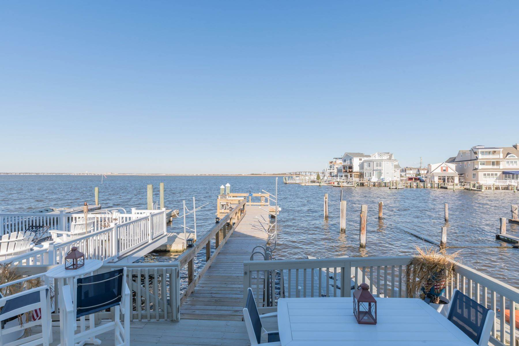 14. Single Family Homes for Sale at Bayfront Cottage 133 W 17th Street Ocean City, New Jersey 08226 United States