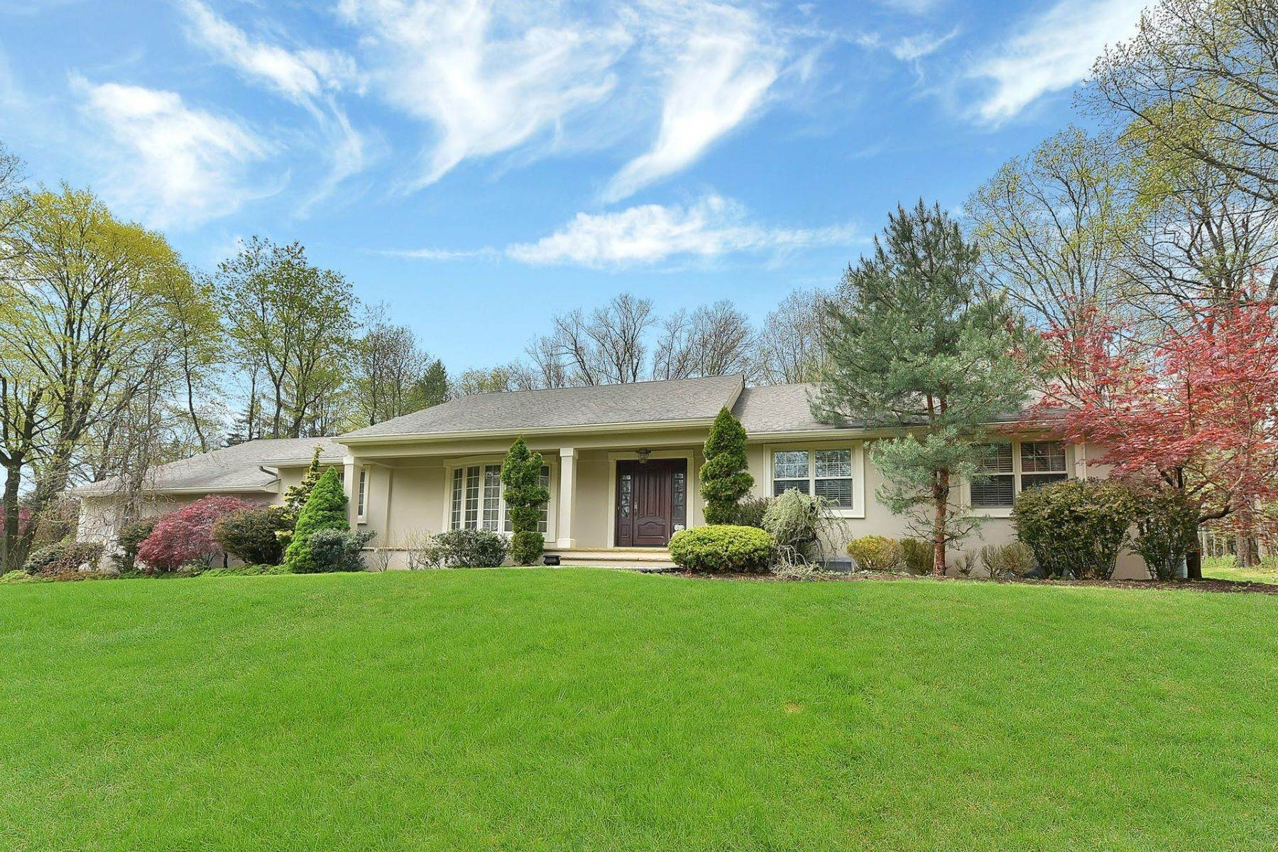 Single Family Homes for Sale at 572 Kiowa Drive Franklin Lakes NJ 07417 572 Kiowa Drive Franklin Lakes, New Jersey 07417 United States