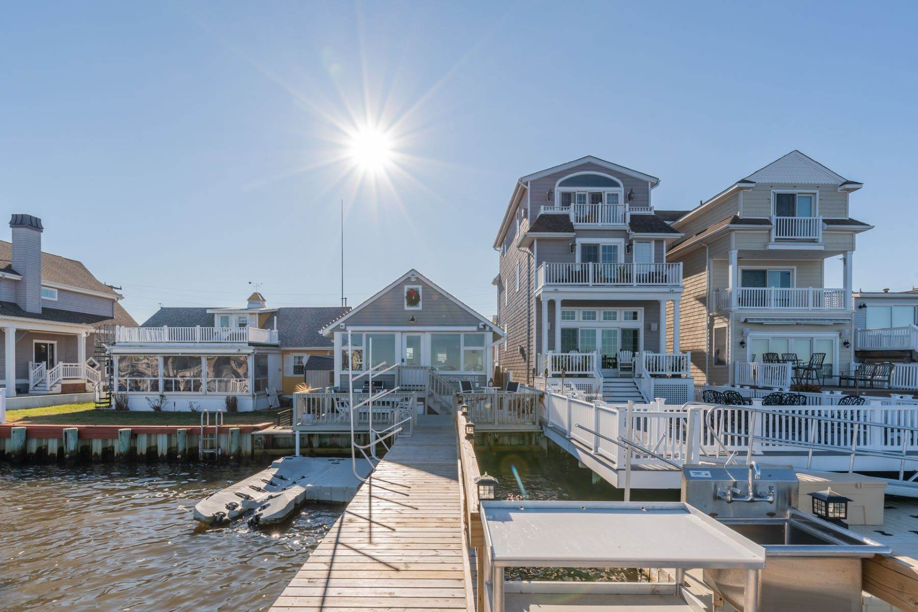 18. Single Family Homes for Sale at Bayfront Cottage 133 W 17th Street Ocean City, New Jersey 08226 United States