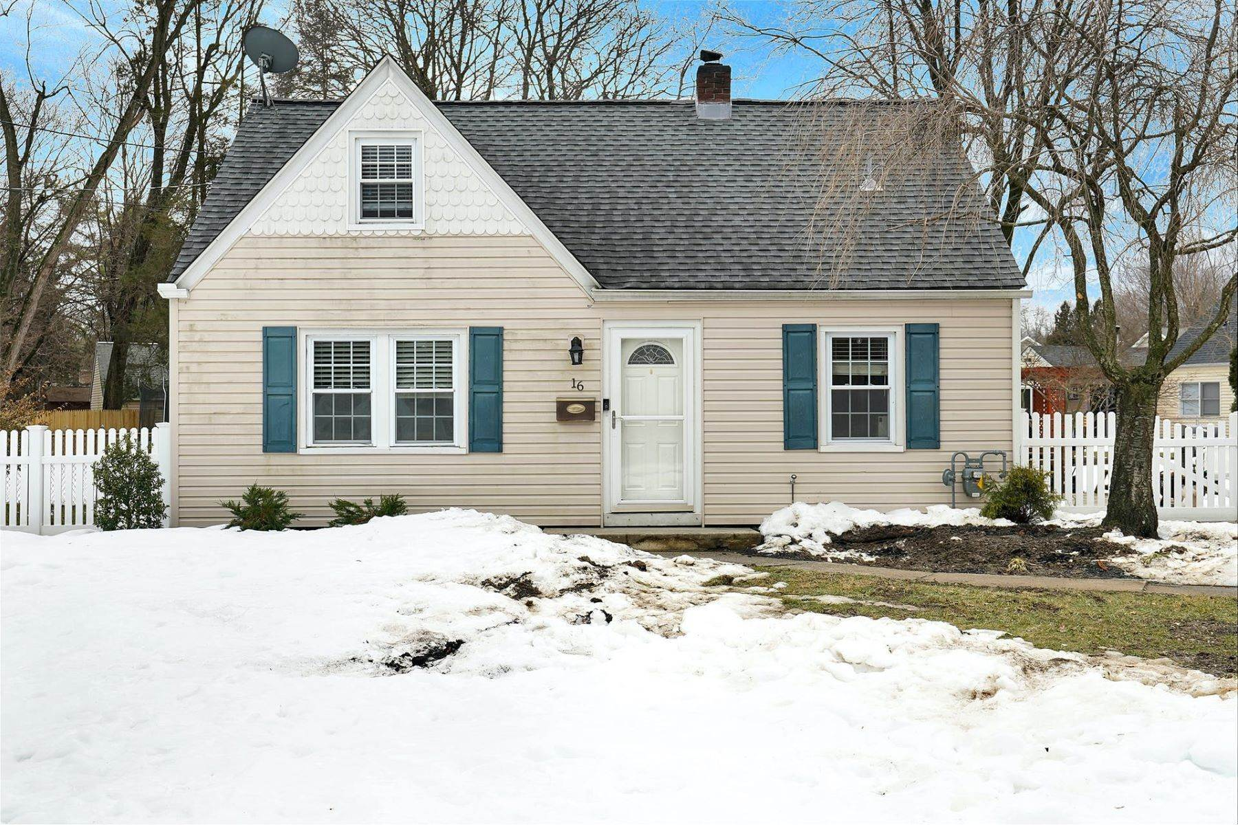 Single Family Homes for Sale at Welcome to this cozy 3BD + bonus room Cape Cod 16 Brookside Ave Pequannock Township, New Jersey 07444 United States