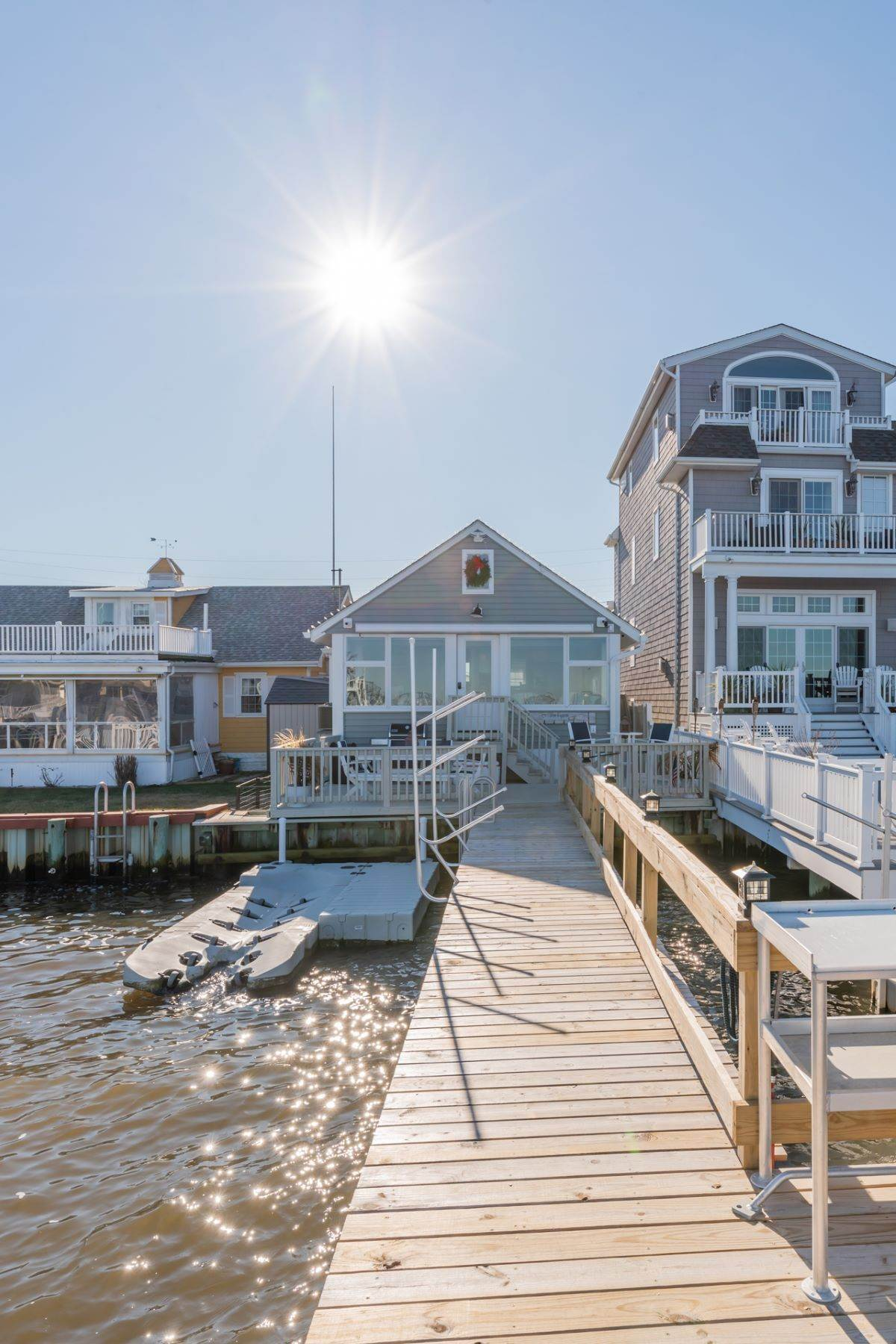 19. Single Family Homes for Sale at Bayfront Cottage 133 W 17th Street Ocean City, New Jersey 08226 United States