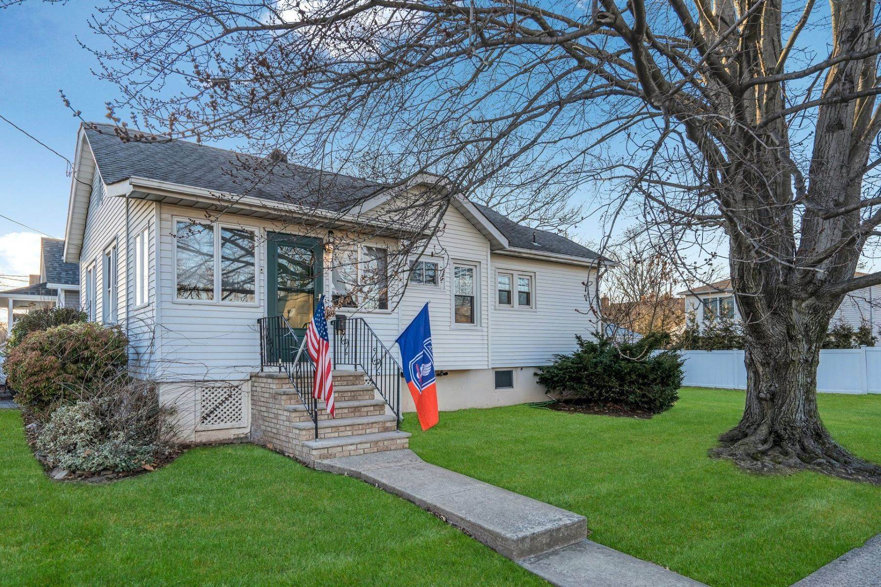 Single Family Homes for Sale at BRIGHT & AIRY, METICULOUSLY MAINTAINED SECOND FLOOR CONDOMINIUM UNIT. 762 Vernon Avenue Kenilworth, New Jersey 07033 United States