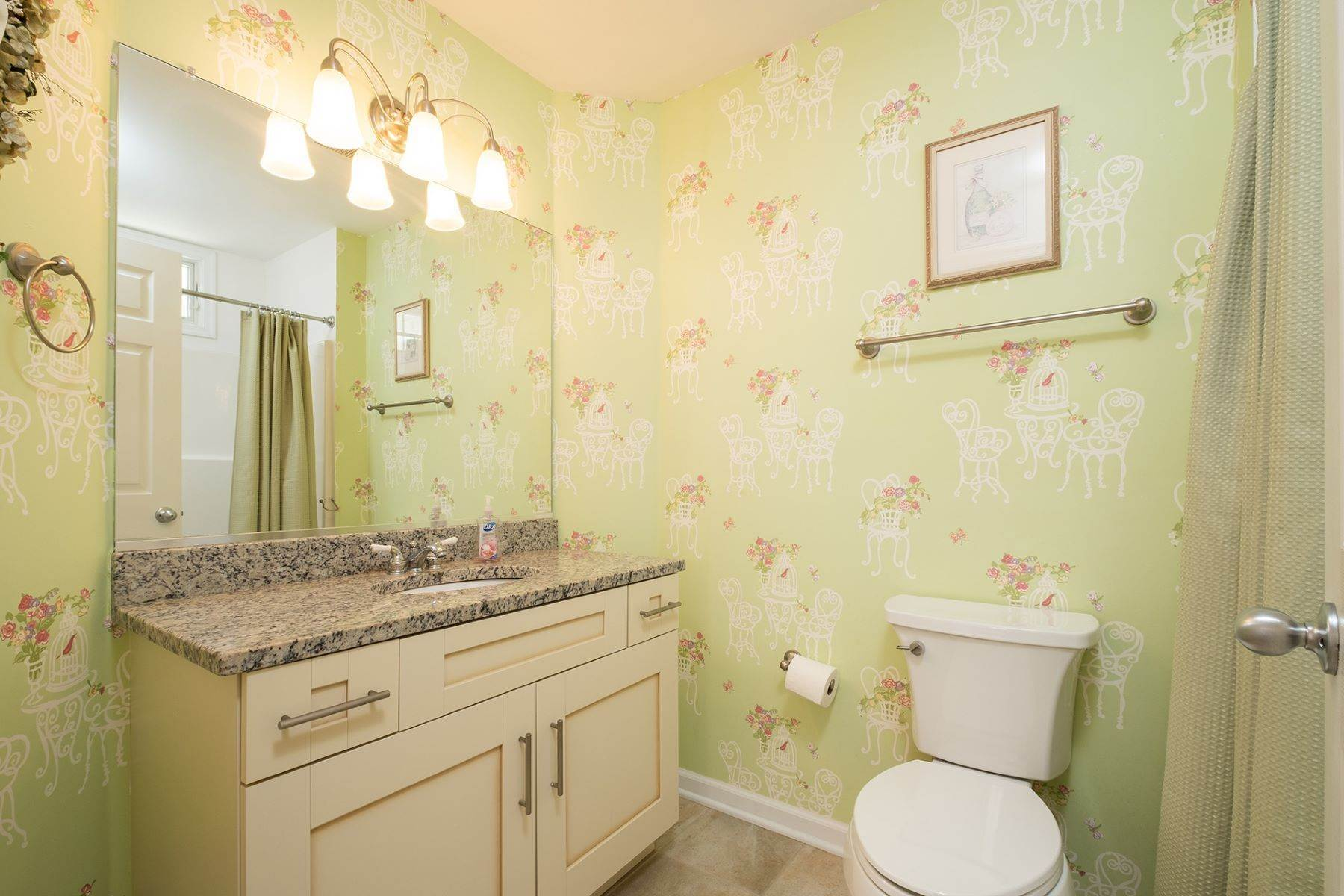 17. Condominiums for Sale at Spacious First Floor Condo 1021 Central Ave Ocean City, New Jersey 08226 United States